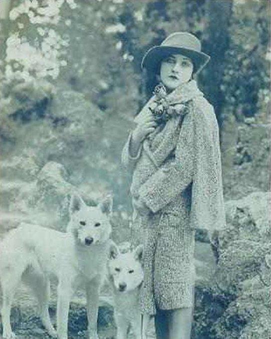 Ann Tracy Németjuhász tenyésztő fajtatiszta szülőktől származó fehér kutyáival 1919-ben, forrás:pandorakennels.co.nz