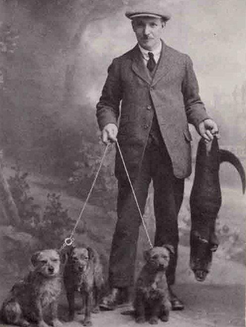 1924. William Carruthers kutyáival_forrás_theborderterrierclub.co.uk