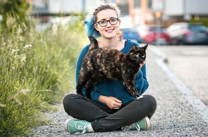 Alexis a legtöbb trükköt tudó cica és gazdája Anika, forrás: guinnesworldrecords.com