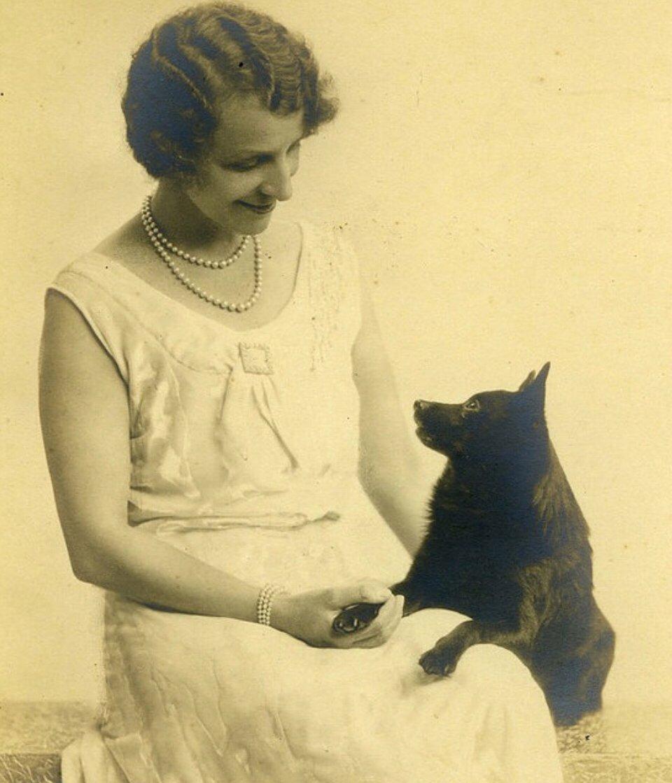 1930-as fotó, forrás: blitzstanschipperke.wordpress.com Chipperke gazdájával