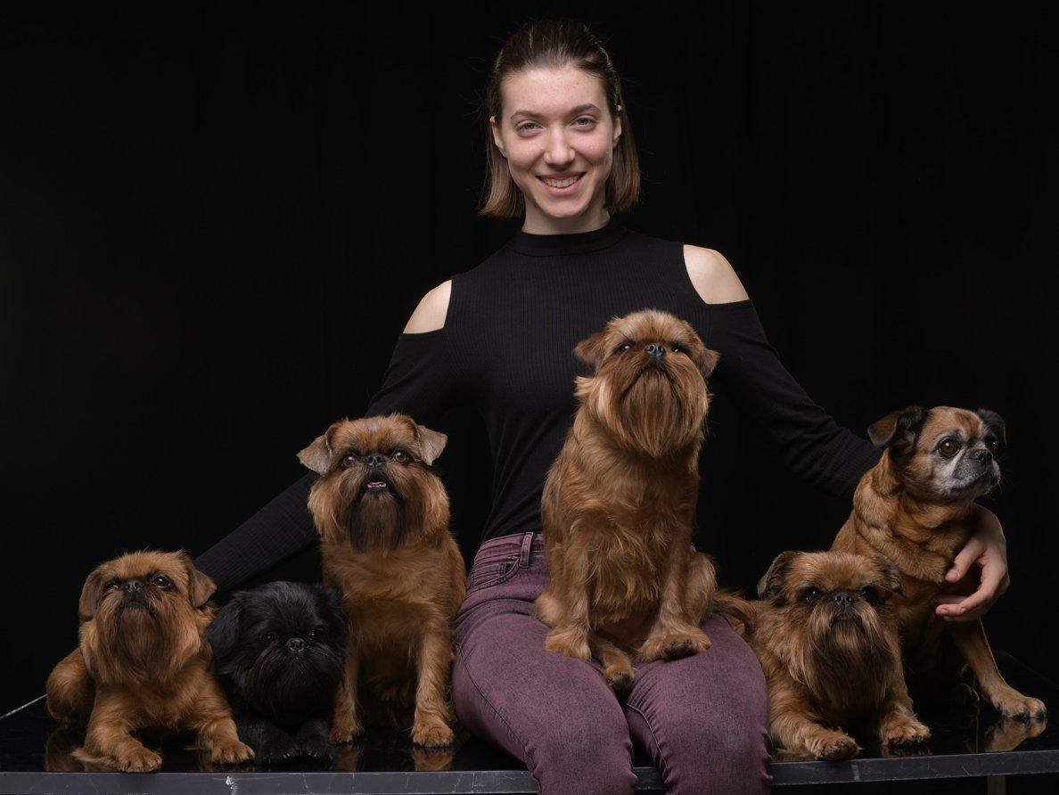 5 kis kutya gazdájával