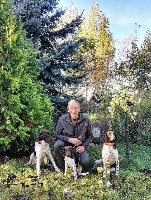Kutya tenyésztő kutyáival